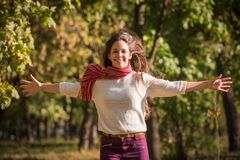 Mooi meisje die op de herfstpark lopen royalty-vrije stock afbeeldingen