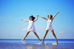 Mooi meisje die op het strand springen Royalty-vrije Stock Foto's