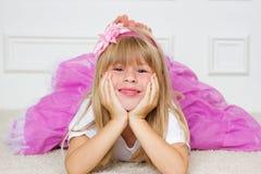 Mooi meisje die op vloer liggen royalty-vrije stock afbeelding