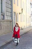 Mooi meisje die in oude stad van Tallinn lopen Stock Afbeeldingen