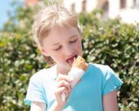Mooi Meisje die Roomijs eten Royalty-vrije Stock Afbeelding