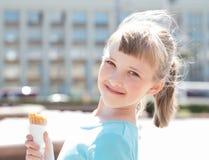 Mooi Meisje die Roomijs eten Stock Fotografie