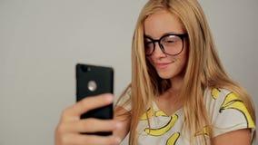 Mooi meisje die selfie gebruikend telefoon het glimlachen nemen stock footage
