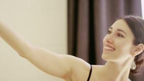 Mooi meisje die selfie met cellphone maken stock video