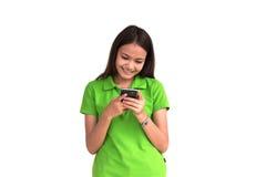 Mooi meisje die slimme telefoon op witte achtergrond met behulp van Stock Foto's