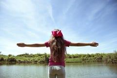 Mooi meisje die van haar vrijheid met open wapens genieten royalty-vrije stock foto