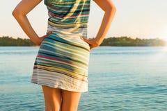 Mooi meisje die van vakantie op tropisch eiland genieten royalty-vrije stock afbeeldingen