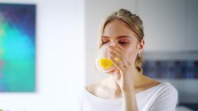 Mooi meisje die vers jus d'orange van glas drinken Sluit omhoog gelukkige vrouw stock video