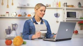 Mooi meisje die voor voedselaankoop betalen over Internet, de geschikte online dienst stock video