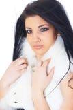 Mooi meisje die wit bont dragen Stock Foto's