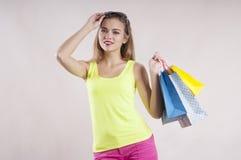Mooi meisje die zonnebril, de aankoop van de damelente het winkelen zakken, blije de zomer kijken stock foto's
