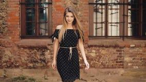 Mooi meisje die in zwarte kleding langs de oude stad van de straatstraat lopen Zonnige de zonneschijnvrouw die van de dagzomer vr stock videobeelden