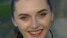 Mooi meisje in donkere glazen Het glimlachen stock video
