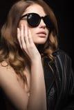 Mooi meisje in donkere zonnebril, met krullen en avondmake-up Het Gezicht van de schoonheid Royalty-vrije Stock Foto's