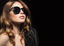 Mooi meisje in donkere zonnebril, met krullen en avondmake-up Het Gezicht van de schoonheid Stock Afbeelding