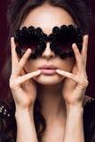 Mooi meisje in donkere zonnebril, met krullen en avondmake-up Het Gezicht van de schoonheid Stock Afbeeldingen