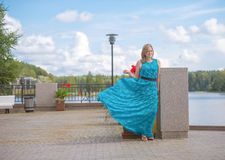 Mooi meisje in een blauwe kleding Stock Afbeeldingen
