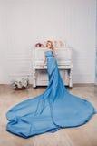 Mooi meisje in een blauwe lange kleding Royalty-vrije Stock Foto