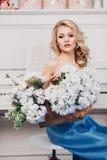 Mooi meisje in een blauwe lange kleding Stock Afbeeldingen