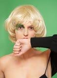 Mooi meisje in een blonde pruik. Royalty-vrije Stock Fotografie