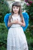Mooi meisje in een engelenkostuum royalty-vrije stock afbeeldingen
