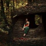 Mooi meisje in een geheimzinnige plaats Royalty-vrije Stock Fotografie