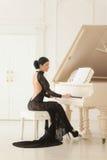 Mooi meisje in een lange zwarte kleding Stock Fotografie
