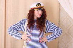 Mooi meisje in een mariene hoed stock foto's