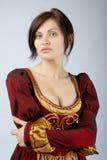 Mooi meisje in een middeleeuwse kleding Stock Afbeelding
