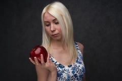Mooi meisje in een modieuze kleding met appel stock afbeeldingen