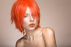Mooi meisje in een oranje pruiken cosplay stijl met heldere creatieve lippen Het beeld van de kunstschoonheid Royalty-vrije Stock Foto