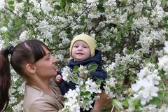 Mooi meisje in een park met kinderen Stock Foto