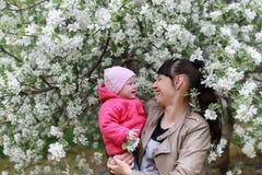 Mooi meisje in een park met kinderen Stock Afbeelding