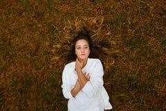 Mooi meisje in een pijnboombos Royalty-vrije Stock Afbeeldingen