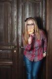Mooi meisje in een plaidoverhemd en suikergoed op een stok Stock Afbeelding