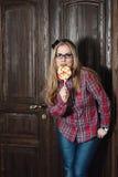 Mooi meisje in een plaidoverhemd en suikergoed op een stok Stock Fotografie