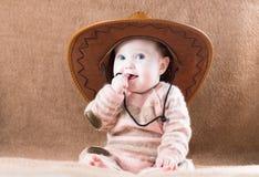 Mooi meisje in een reusachtige cowboyhoed Stock Foto's
