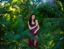 Mooi meisje in een rode kleding Stock Fotografie