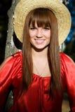 Mooi meisje in een rode kleding en een strohoed Royalty-vrije Stock Foto's