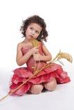 Mooi meisje in een rode kleding met bloemzitting Stock Fotografie