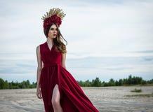 Mooi meisje in een rode kleding op het strand Concept vrouwelijkheid, harmonie Stock Foto