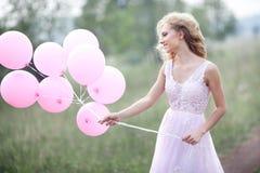Mooi meisje in een roze kleding Stock Afbeeldingen