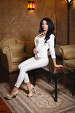 Mooi meisje in een sexy witte kleding Stock Afbeeldingen