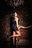 Mooi meisje in een sexy zwarte kleding Royalty-vrije Stock Afbeelding