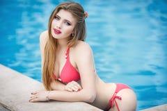 Mooi meisje in een sexy zwempak Stock Fotografie