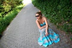 Mooi meisje in een turkooise kleding Stock Afbeeldingen