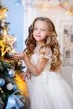 Mooi meisje in een verbazende kleding Stock Foto