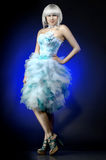 Mooi meisje in een vliegende kleding Stock Foto's
