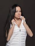 Mooi meisje in een wit vest stock afbeelding