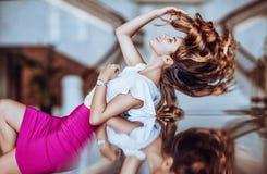 Mooi meisje in een witte blouse Royalty-vrije Stock Foto